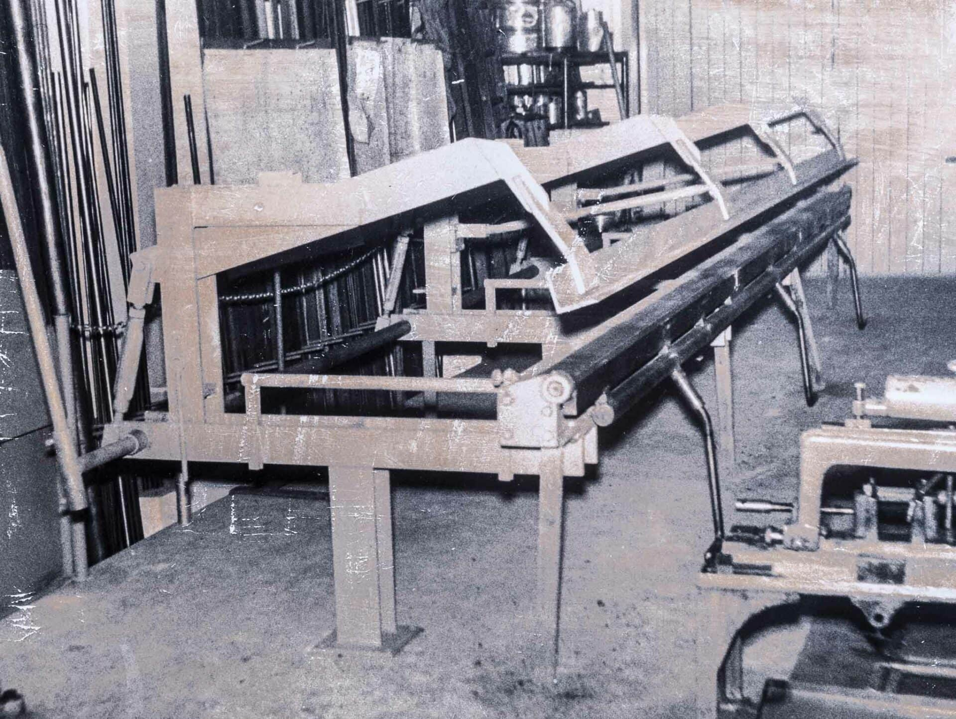 1960:Am 25. August 1960 wurde die erste THALMANN-Langabkantmaschine (Biegeleistung 1,0 mm Eisenblech) ausgeliefert.