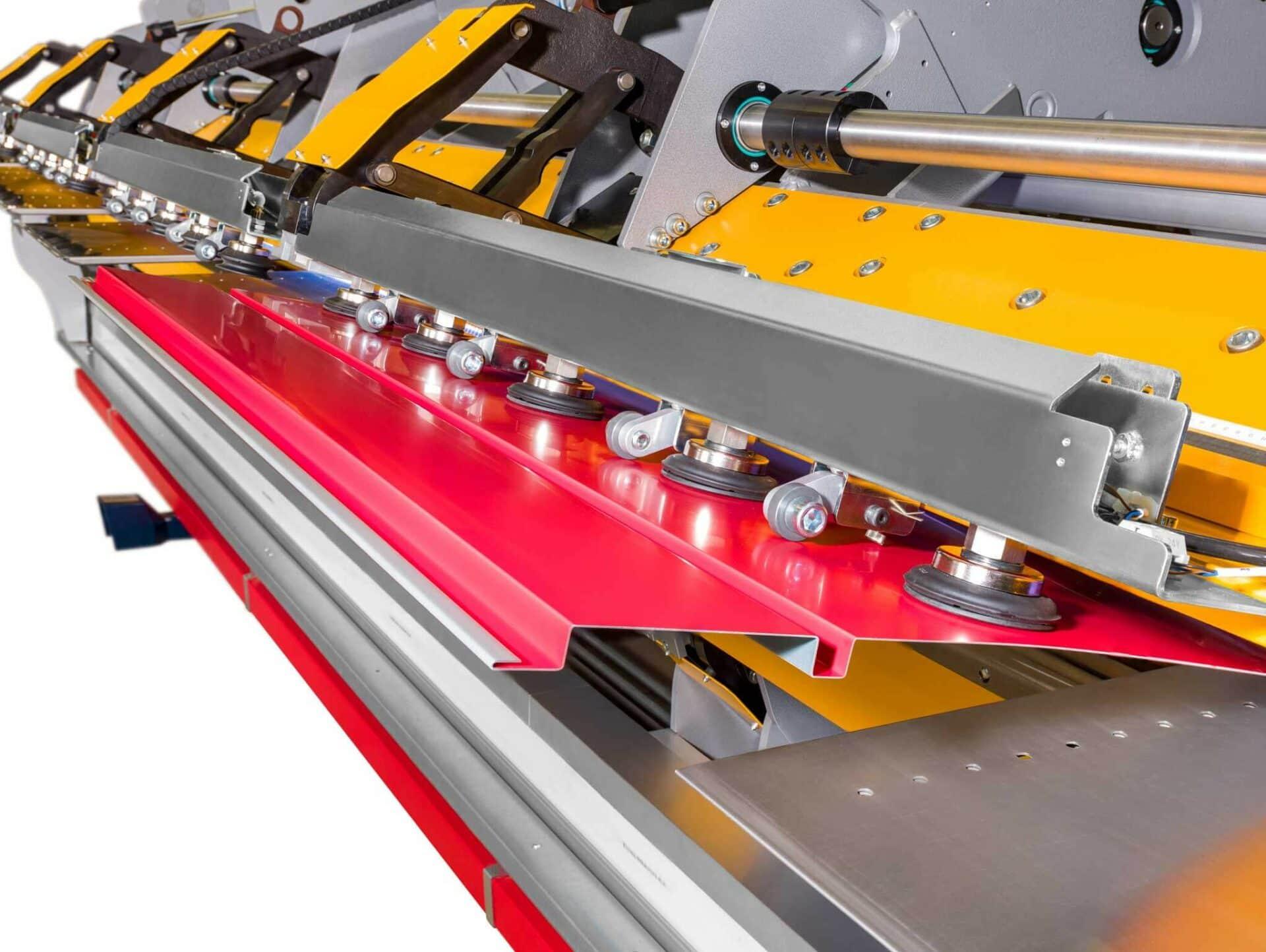 INTEGRIERTE BLECHWENDE-VORRICHTUNG:Die Bleche werden vollautomatisch gewendet und anschließend von den Greifereinheiten punktgenau platziert.