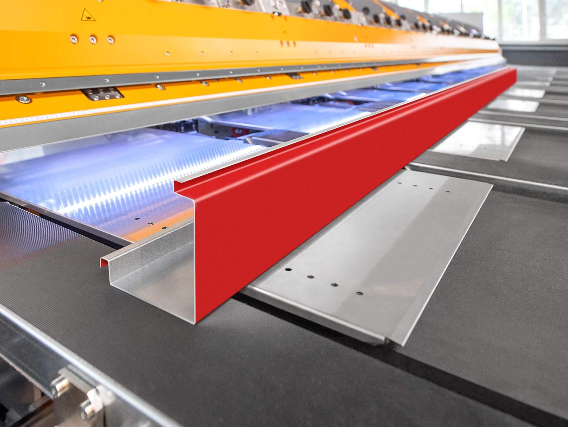 NAHTLOSE ÜBERGABE: Die fertigen Profile werden automatisch von den Förderbändern der automatischen Blechentnahme-Einheit übernommen und zum Kantteile-Puffer zur Entnahme befördert.
