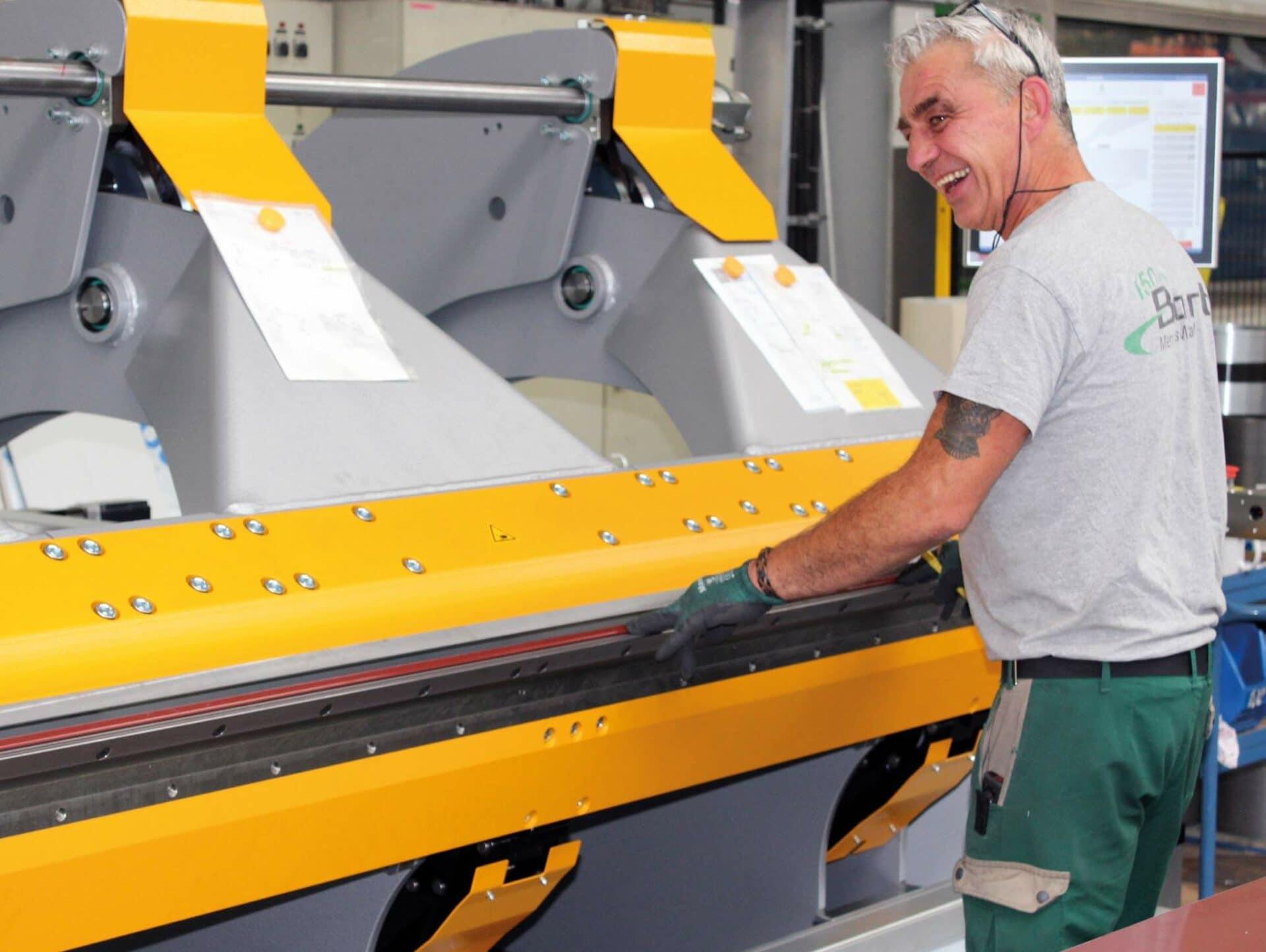 BEGEISTERT:Ein Mitarbeiter der Firma Barth hat Freude an der Arbeit und ist vom neuen TZ Einfachbieger von Thalmann begeistert