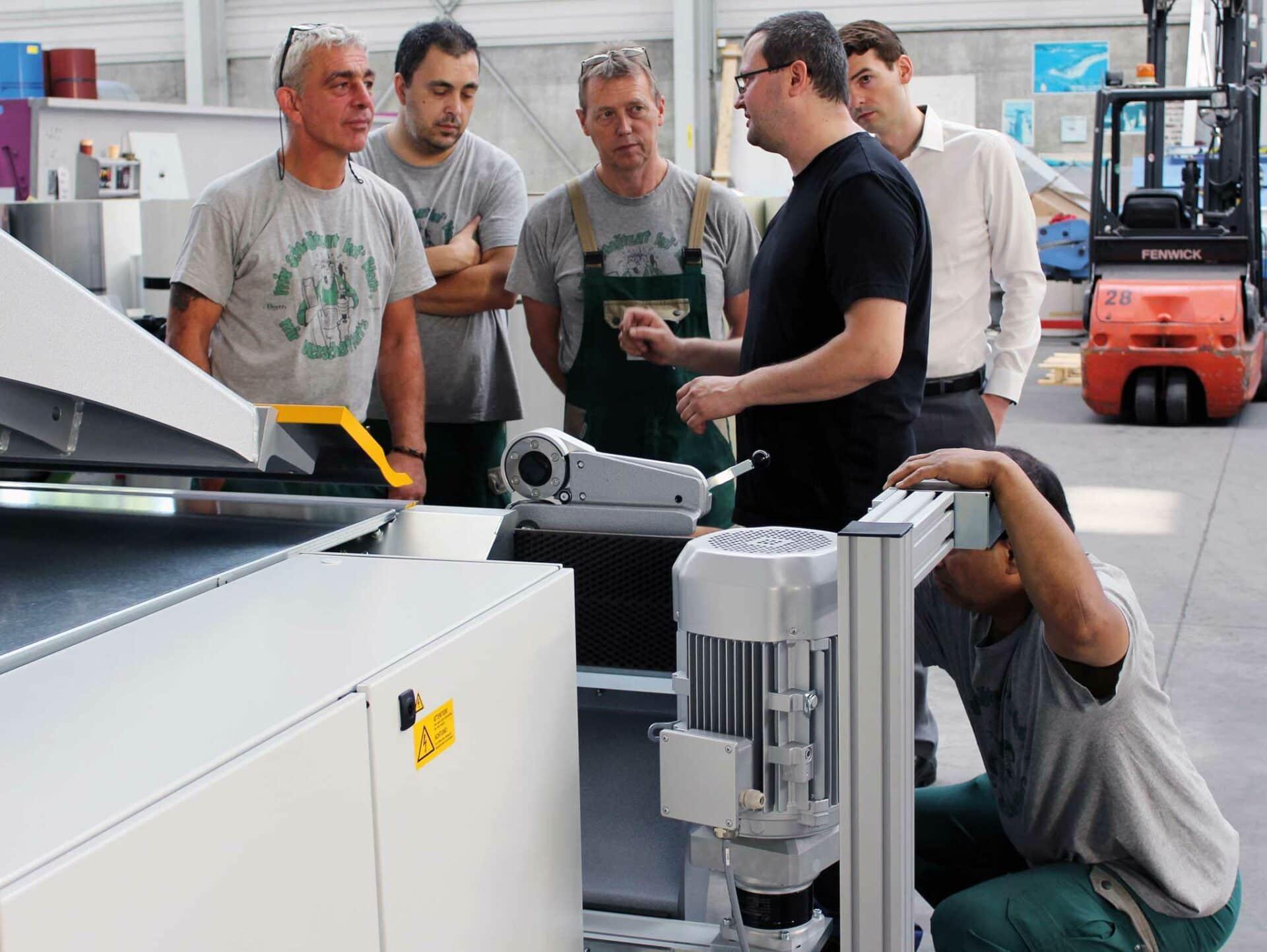 AUFMERKSAM:Ein Servicetechniker von Thalmann erklärt dem aufmerksamen Barth-Team und Firmenchef Andreas Votteler die Funktionsweise des TZ Einfachbiegers.