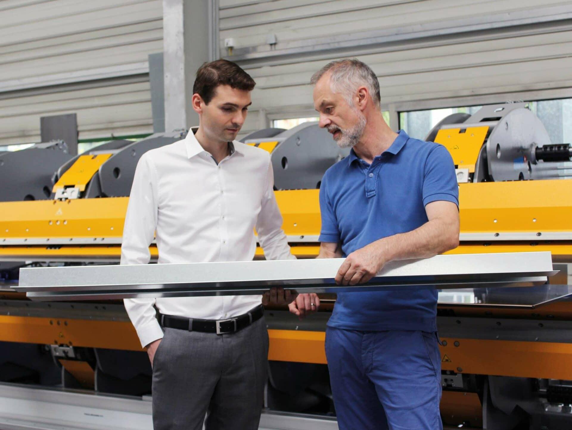 BEGUTACHTUNG:Die beiden Firmenchefs Andreas Votteler (Gustav Barth Gmbh) und Marco Cappello (Thalmann Maschinenbau AG) begutachten das Biegeergebnis.