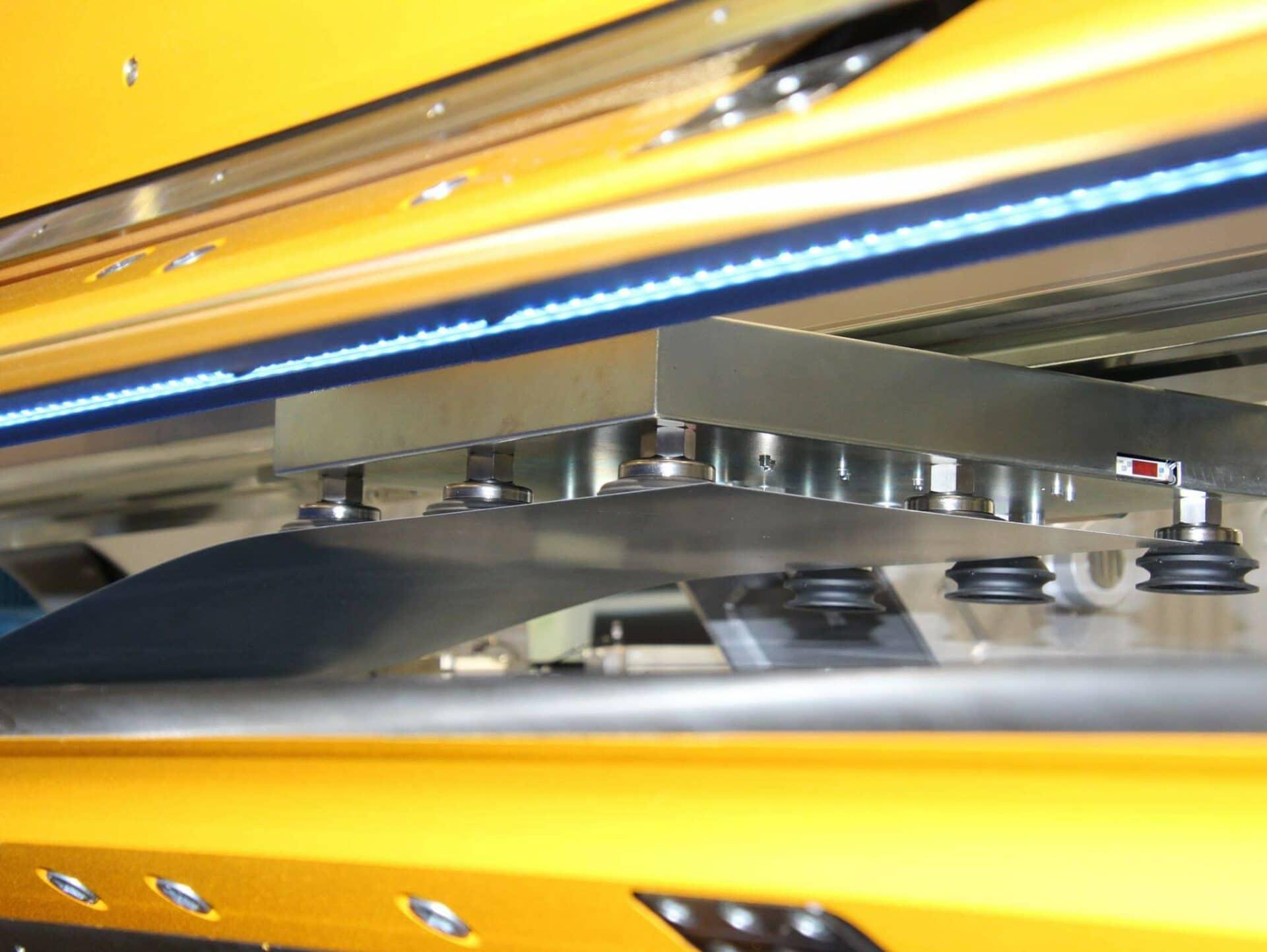 PRÄZISE:Das automatisch eingezogene Blech wird schnell und präzise an der gewünschten Stelle positioniert und abgelegt.