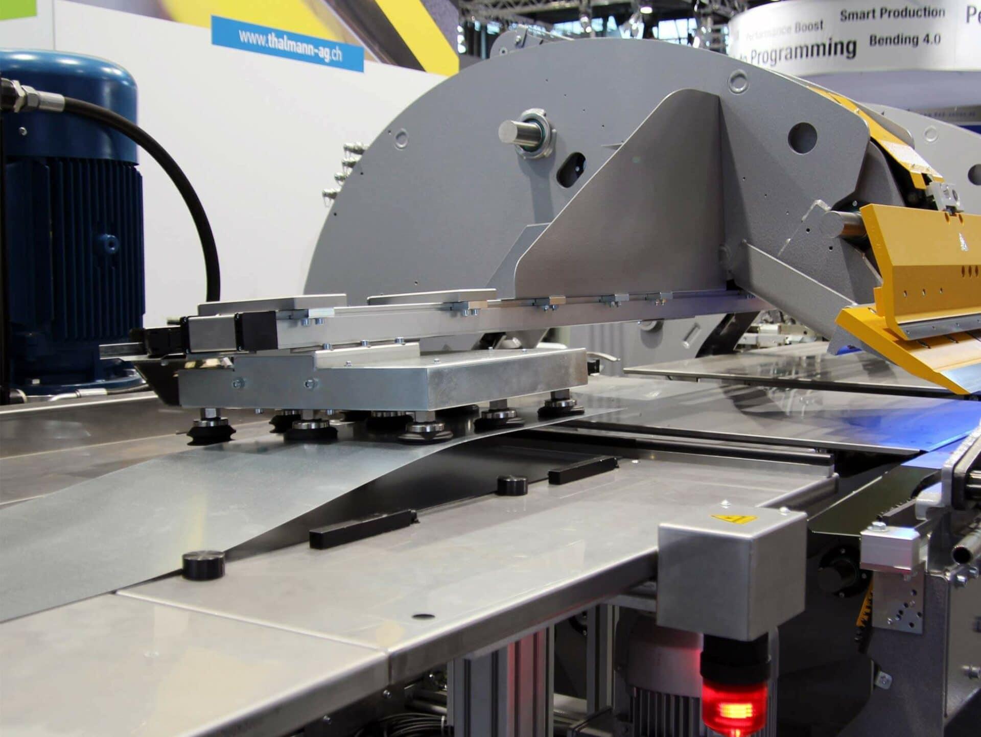 FLEXIBEL:Die Bleche können im Einzeleinzug, ab Stapel oder von einer vorgelagerten Anlage kommend automatisch in den TD Doppelbieger eingezogen werden.