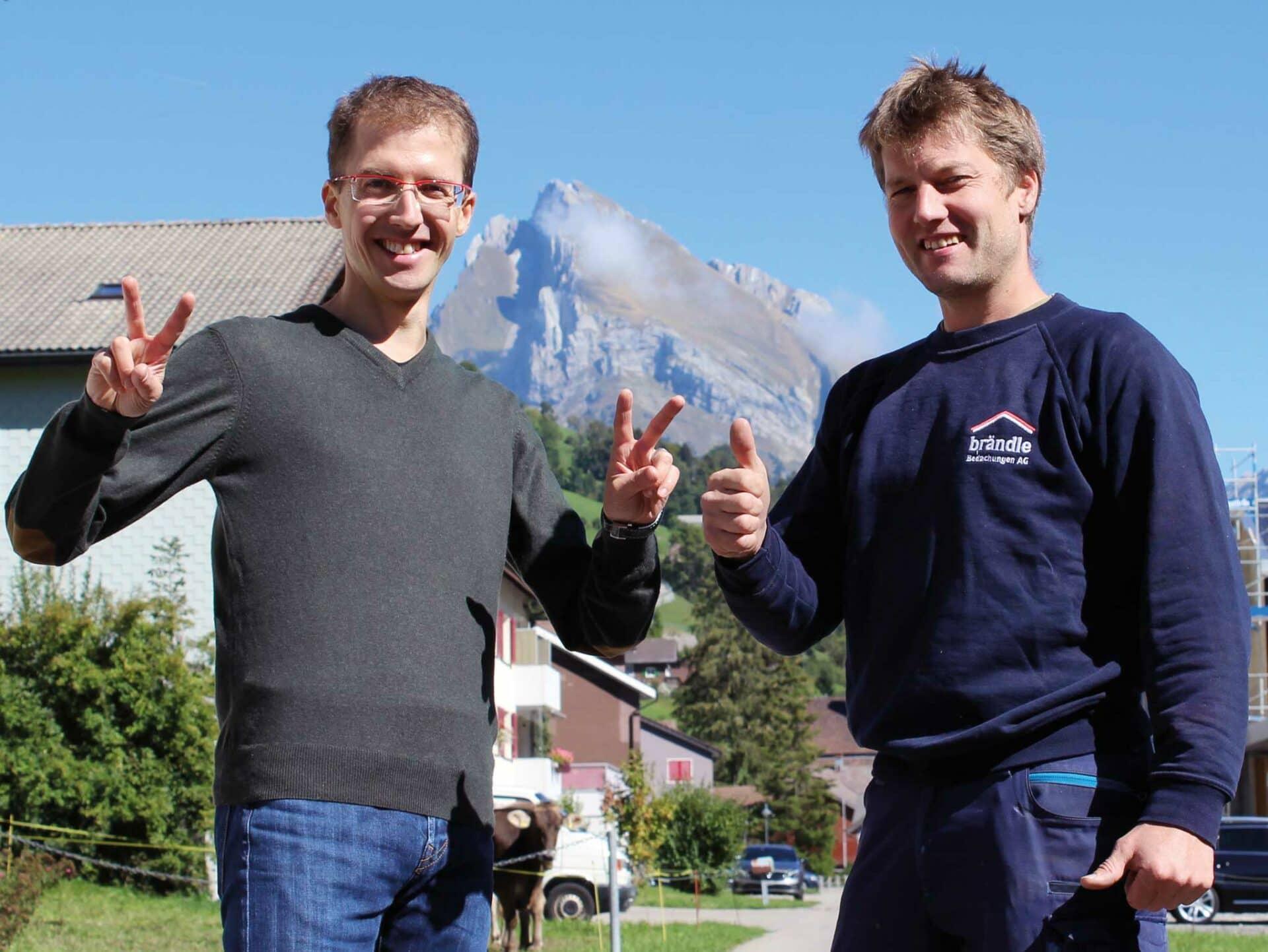 STARKES DUO MIT VISIONEN:Die Brüder Simon (links) und Josias Ammann vor dem Schafsberg im Obertoggenburg.