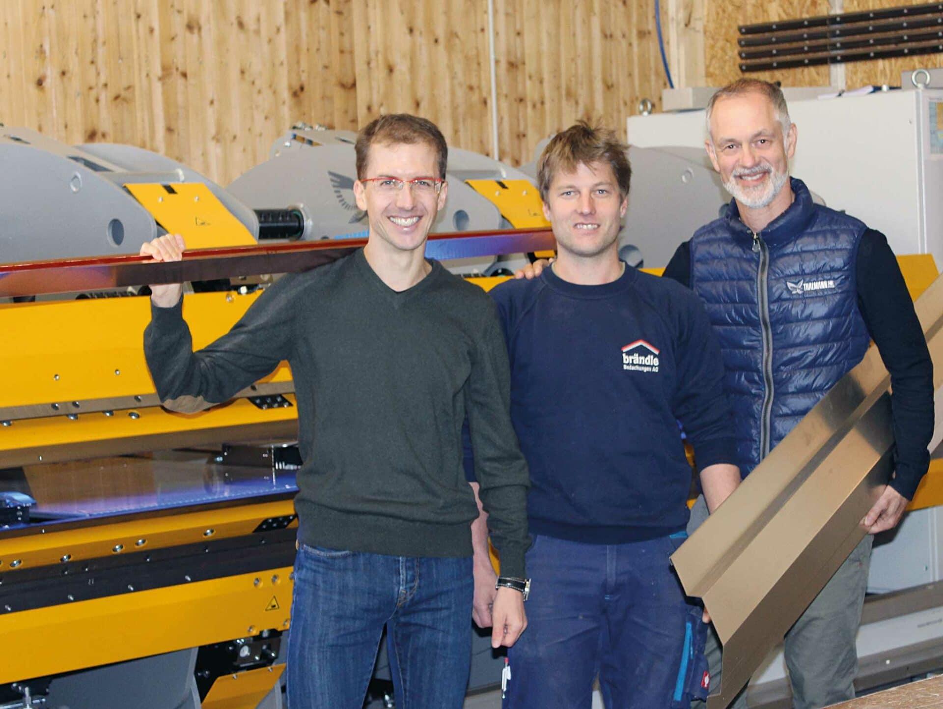 GUT AUFGESTELLT:Simon Ammann, Josias Ammann und Marco Cappello (Geschäftsführer der Thalmann Maschinenbau AG).