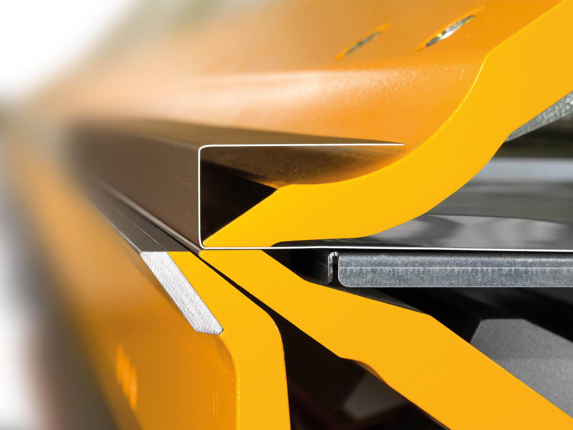 GEBOGENES OBERWANGENWERKZEUG:Optional ist auch ein gebogenes Oberwangenwerkzeug für den TZ erhältlich, dessen Form einem Geißfuß ähnelt. Profile mit einem Seitenverhältnis von 1:2 (Höhe zu Tiefe) können somit hergestellt werden – wie auf dem Bild dargestellt, z.B. 40 mm Höhe und 80 mm Tiefe.