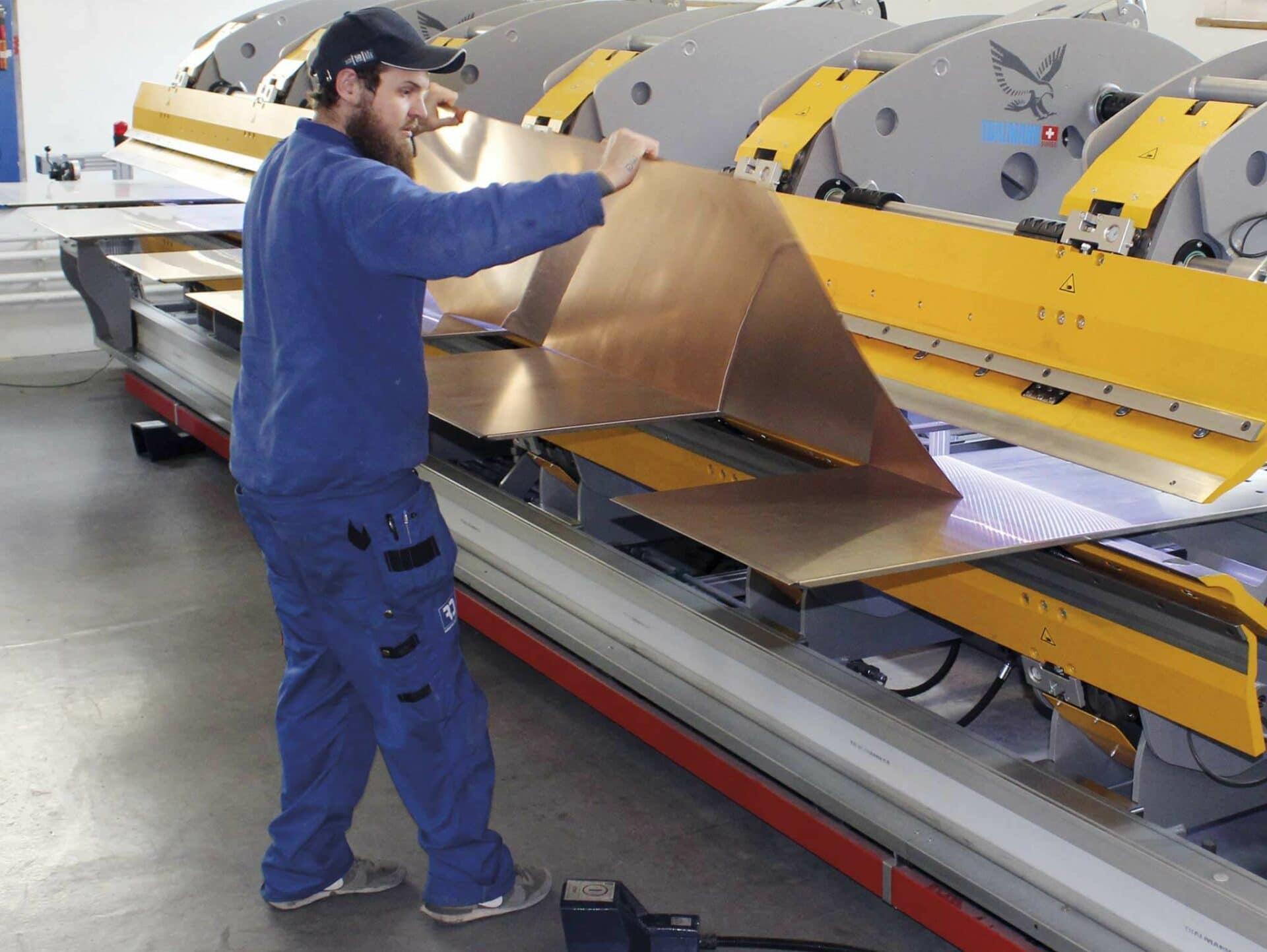 EINFACHES MATERIALHANDLING:Selbst lange Bleche können dank des automatischen Blecheinlege- und Wendetischs von nur einem Mitarbeiter verarbeitet werden.