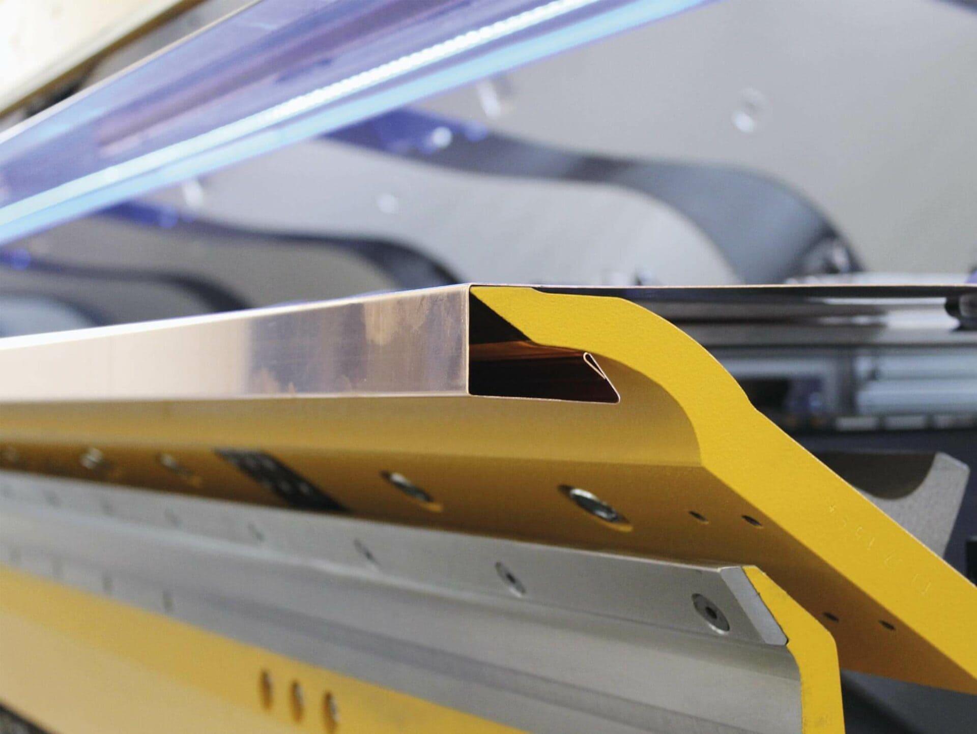 WELTWEIT EINZIGARTIG:Die gebogene, untere Klemmwange bietet zusätzlichen Biegefreiraum und ermöglicht Kantungen mit einem Seitenverhältnis von 1:2.
