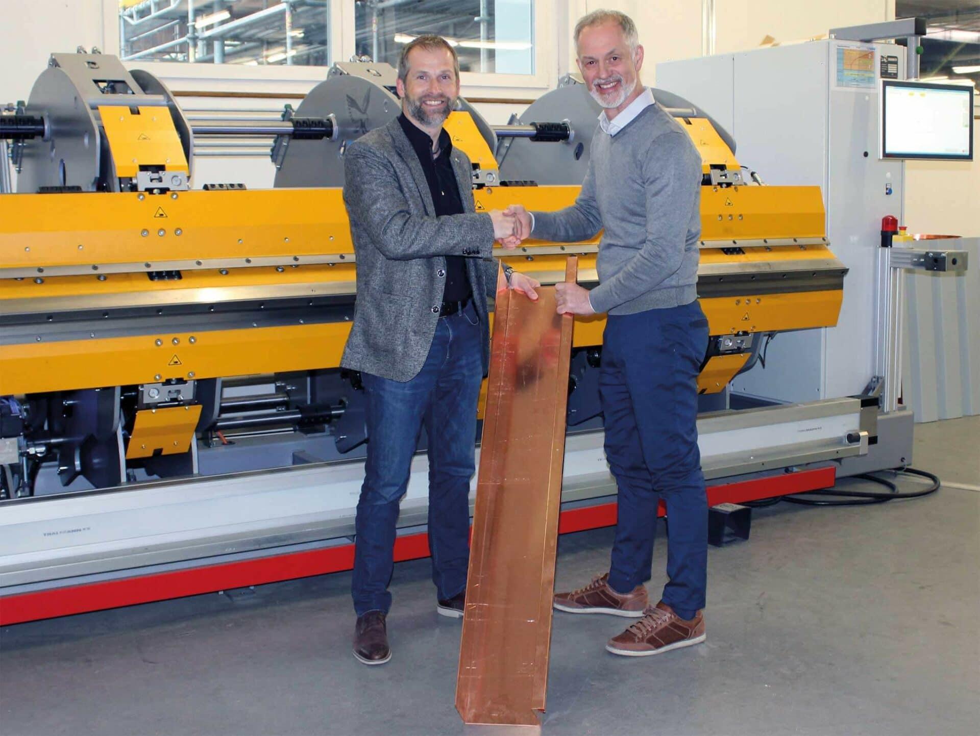 STRAHLENDE GESICHTER:Remo Wyss (Geschäftsführer der RAMSEYER UND DILGER AG, li.) und Marco Cappello (Geschäftsführer der THALMANN Maschinenbau AG) bei der Maschinenübergabe.
