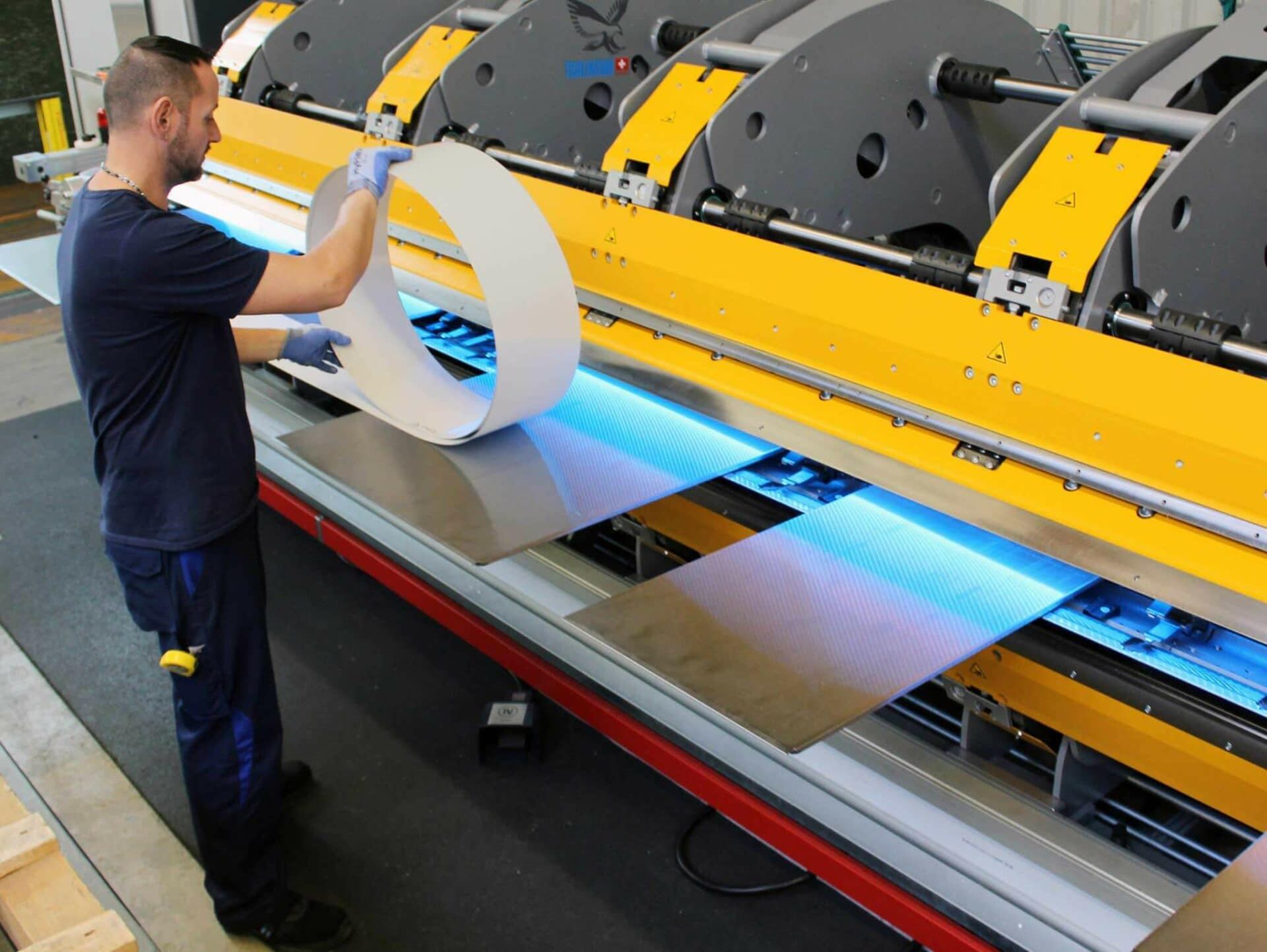 NUR EIN BEDIENER:Dank des vollautomatischen Blecheinlege- und Einzugstischs kann der komplette Biegevorgang von SCHRAG-Mitarbeiter Sascha Swiat problemlos auch alleine bewerkstelligt werden.