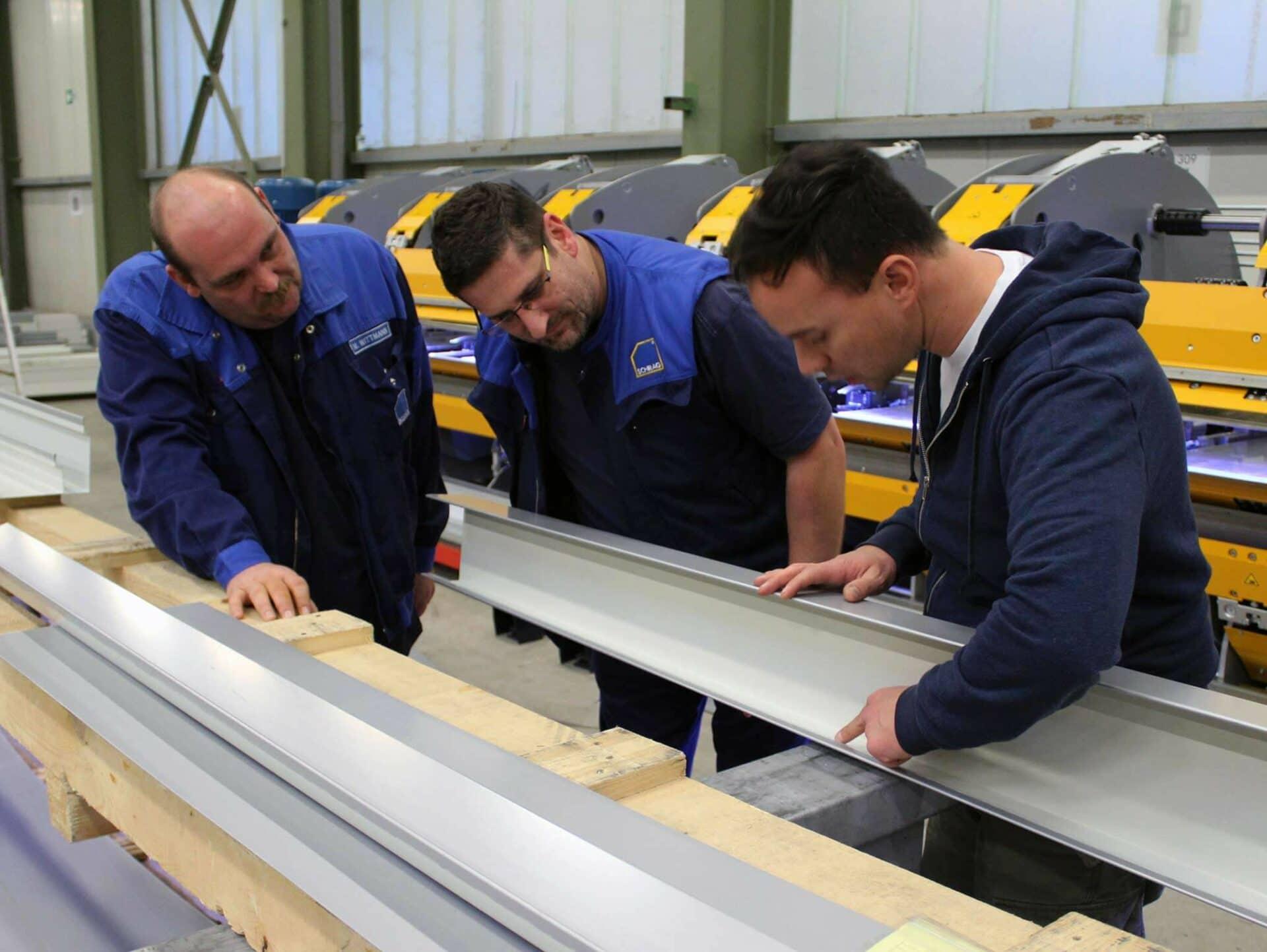 WICHTIGE DETAILS:Servicetechniker Robert Ricci von THALMANN (rechts im Bild) erläutert im Zuge der Maschineneinweisung in Kirchardt-Berwangen den aufmerksamen SCHRAG-Mitarbeitern die Details, die oft den Unterschied ausmachen.