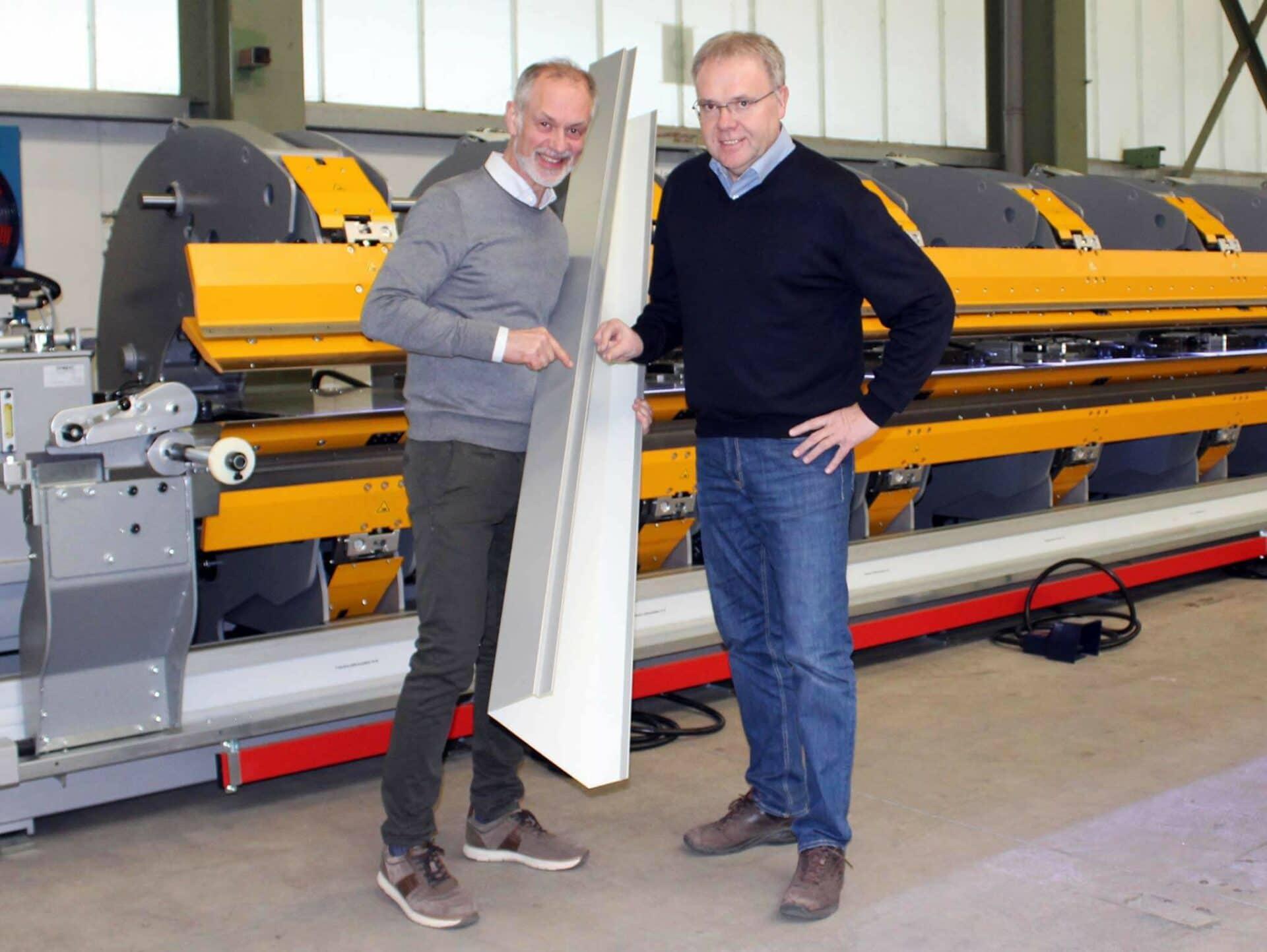 PERFEKTES ERGEBNIS:Marco Cappello (Geschäftsführer der THALMANN Maschinenbau AG) und Jürgen Stötzel (Niederlassungsleiter am Standort Kirchhardt-Berwangen) freuen sich über ein perfekt gebogenes Blechprofil.
