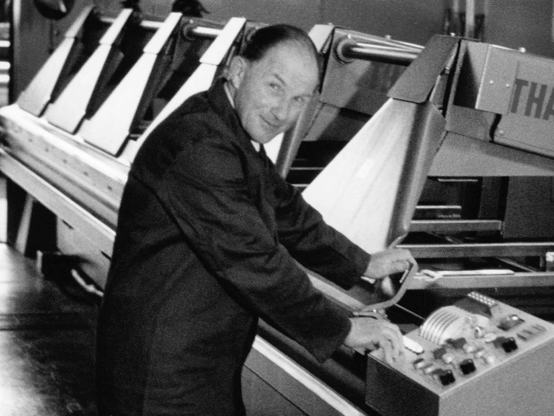 """OTTO THALMANN (†):Firmengründer, Pioniergeist und Wegbereiter für die heutige Thalmann Maschinenbau AG präsentiert stolz """"seine"""" THAKO auf einer Hausmesse."""